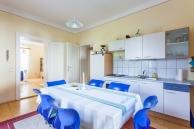 Ferienwohnung-Irene-Küche-Blick-Wohnzimmer-900x600-2555