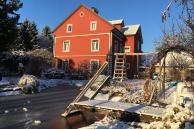 Sicht auf das Haus aus dem Garten im Dezember