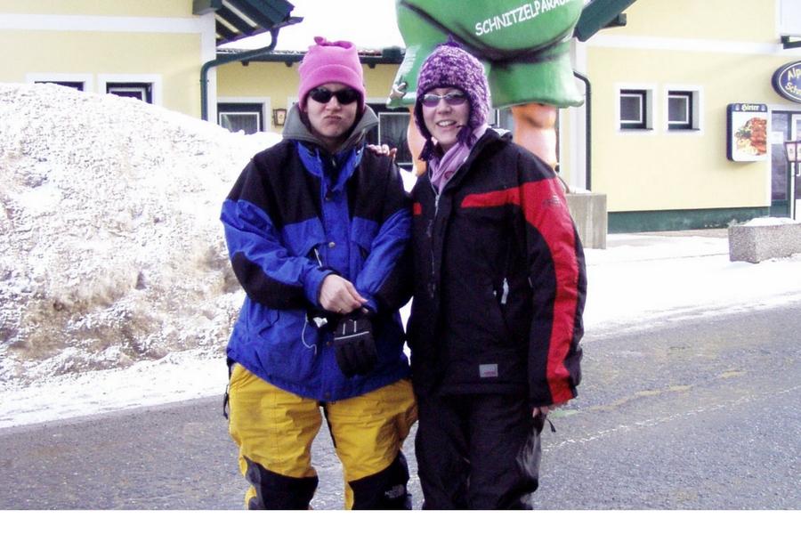 Andrea Mark (GB) und Nikki Sitzmann (USA) beim Skifahren in Weststeiermark